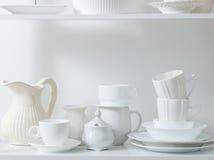 清洗盘和花瓶在木架子 免版税库存照片