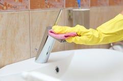 清洁管子在卫生间里 免版税库存照片