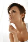 清洗美丽的新鲜的皮肤的秀丽妇女与引人入胜的组织 免版税库存图片