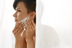 清洗美丽的新鲜的皮肤的秀丽妇女与引人入胜的组织 库存照片