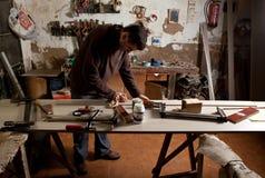 清洗胶浆的木匠 库存照片