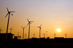 清洁能源在日落的风轮机剪影 图库摄影