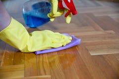 清洁设备和木木条地板 图库摄影