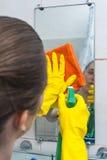 清洗镜子的雍妇女与旧布和浪花 库存图片