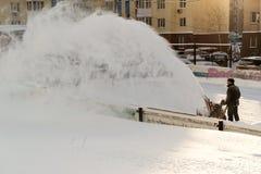 清洁雪机器和工作者在工作 库存图片