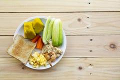 清洗食物,鸡烤用烤虾 免版税图库摄影