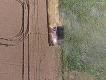 清洁麦子收割机 免版税库存图片