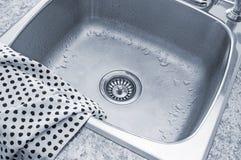 清洗水槽和洗碗布 免版税库存照片