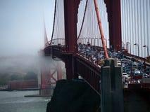 渐增音量在金门大桥的雾 免版税库存照片