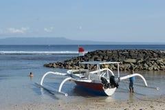 渔三船体游艇在巴厘岛,印度尼西亚 库存照片