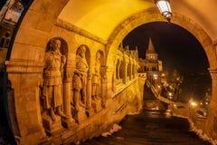 渔人堡,布达佩斯,匈牙利的南门夜视图  库存图片
