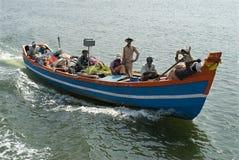 渔人去下拖拉的海 库存照片