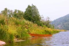 渔划艇铁红色 免版税图库摄影