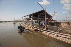 渔协会架设了在杆湖的木结构并且采伐网络和每小时培养,检查鱼捕获 免版税库存图片
