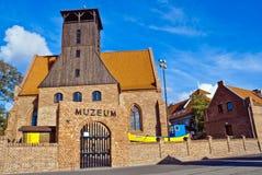 渔博物馆-圣皮特圣徒・彼得和保罗教会在恶劣环境测井城市-波兰 免版税库存照片