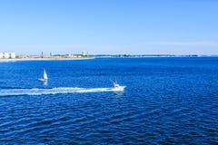 渔和离开波士顿港口的帆船 库存照片