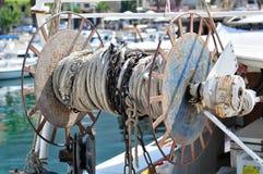 渔在拖网渔船小船的电缆卷筒 免版税库存图片