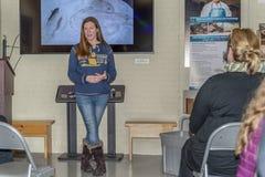 渔场生物学家谈论Crista的银行她的事业和curren 库存照片