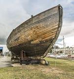 渔场的老木小船在公海 库存图片