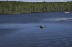 渔夫与一艘橡皮艇的抓住鱼 图库摄影