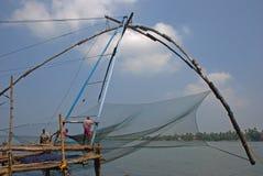 渔夫与中国捕鱼网一起使用在堡垒科钦 免版税库存图片