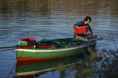 渔夫传染性的淡菜在Ganzirri湖  免版税库存图片