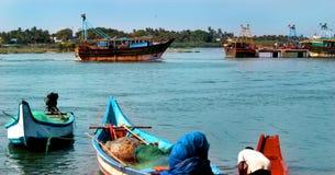 渔夫准备在karaikal海滩附近抓在河arasalaru的鱼 免版税库存照片