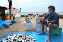 渔夫出售他们的抓住在鱼市上 晚上在一条街道的巡逻警察在Patong 库存照片