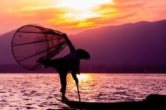 渔夫剪影日落Inle湖的 免版税库存照片
