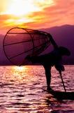 渔夫剪影日落Inle湖的 图库摄影