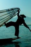 渔夫剪影站立Inle的湖的  库存图片