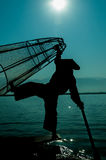 渔夫剪影站立Inle的湖的  免版税库存图片