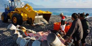 渔夫卸载从小船的鱼通过使用卡车在Hual 图库摄影