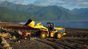 渔夫卸载从小船的鱼通过使用卡车在Hual 库存照片