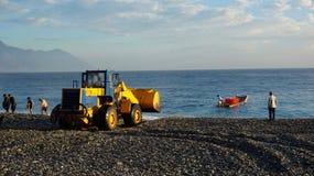 渔夫卸载从小船的鱼通过使用卡车在Hual 免版税库存图片