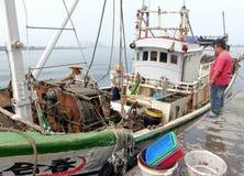 渔夫卸载他们的抓住 库存图片