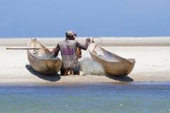 渔夫和两条小船在浅滩 免版税库存图片
