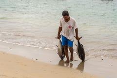 渔夫和两金枪鱼 免版税库存照片