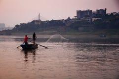 渔夫和中国人morden城市 免版税库存图片