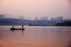 渔夫和中国人morden城市 免版税库存照片
