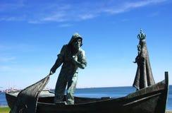 渔夫和我们的夫人古铜色雕象  库存照片