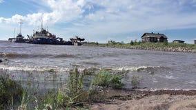 渔夫和木房子,俄罗斯,芬兰湾北海,老小船的银行的渔村  股票视频