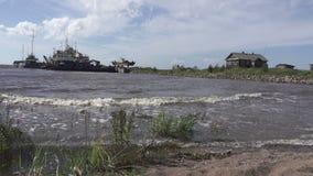 渔夫和木房子,俄罗斯,芬兰湾北海,老小船的银行的渔村  影视素材