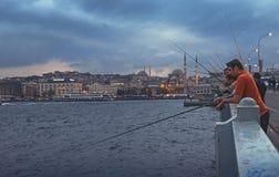 渔夫和游人伊斯坦布尔加拉塔桥梁的  库存照片