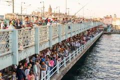 渔夫和游人是在加拉塔桥梁在伊斯坦布尔 免版税库存照片
