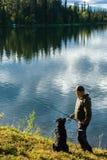 渔夫和狗 图库摄影
