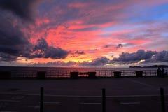 渔夫和自行车车道在五颜六色的天空下 库存图片