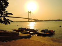 渔夫和他们的小船剪影在日落期间 免版税库存照片