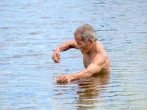 渔夫在乡下河围网的狩猎鱼 免版税库存图片