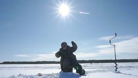 渔夫在冬天拔出鱼 影视素材